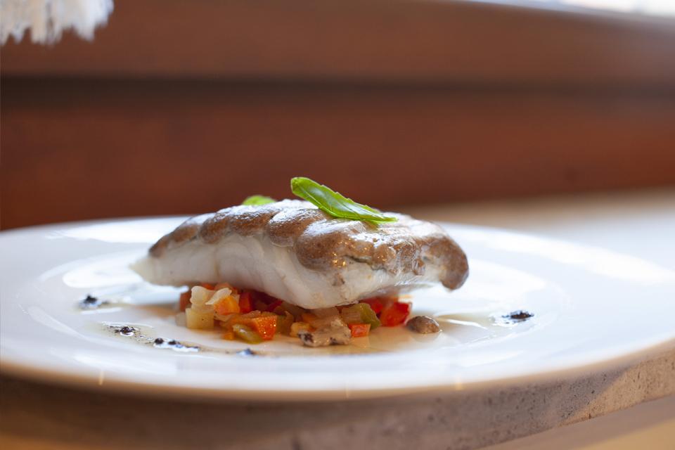bacalao con presentación de alta cocina en el restaurante natxo sellés de cocentaina