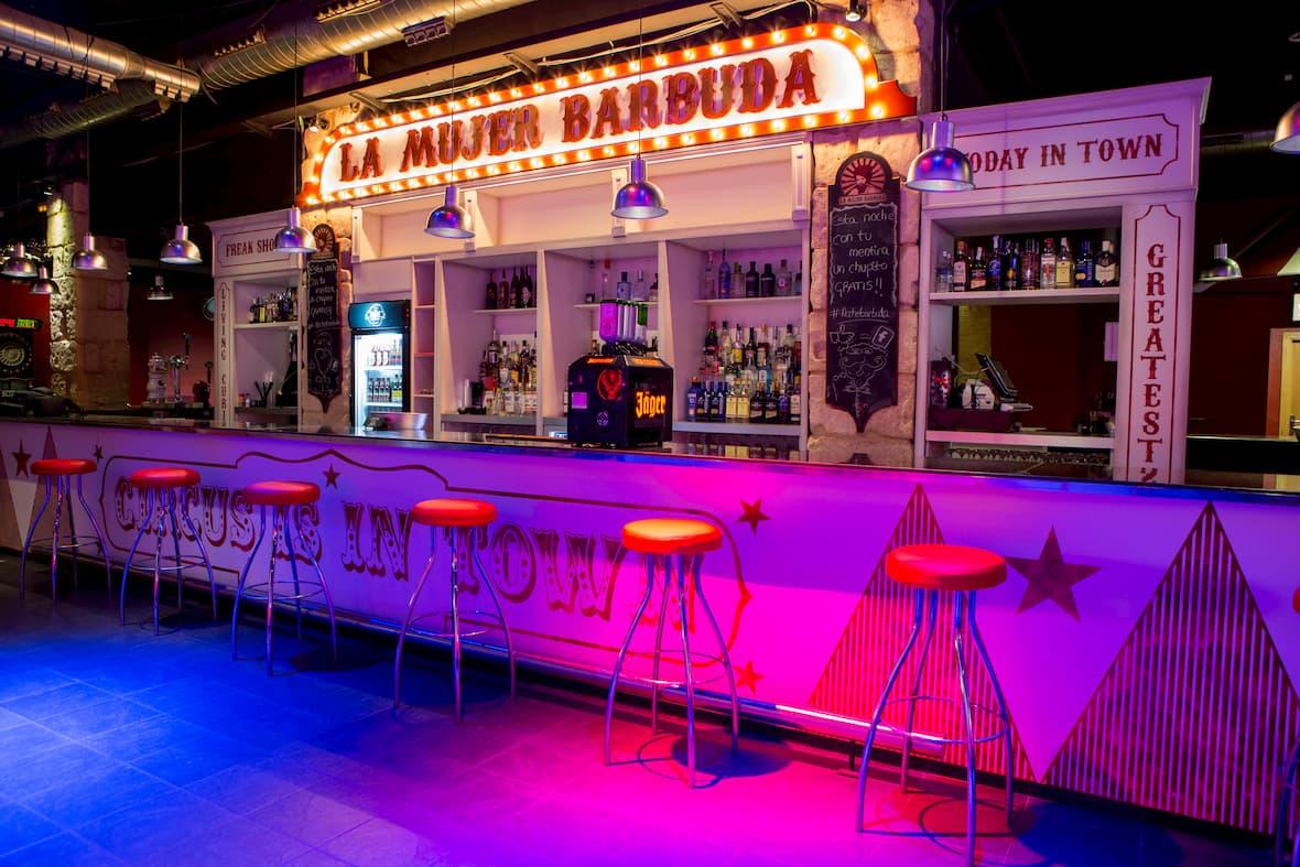 pub-discoteca con decoración al estilo circense